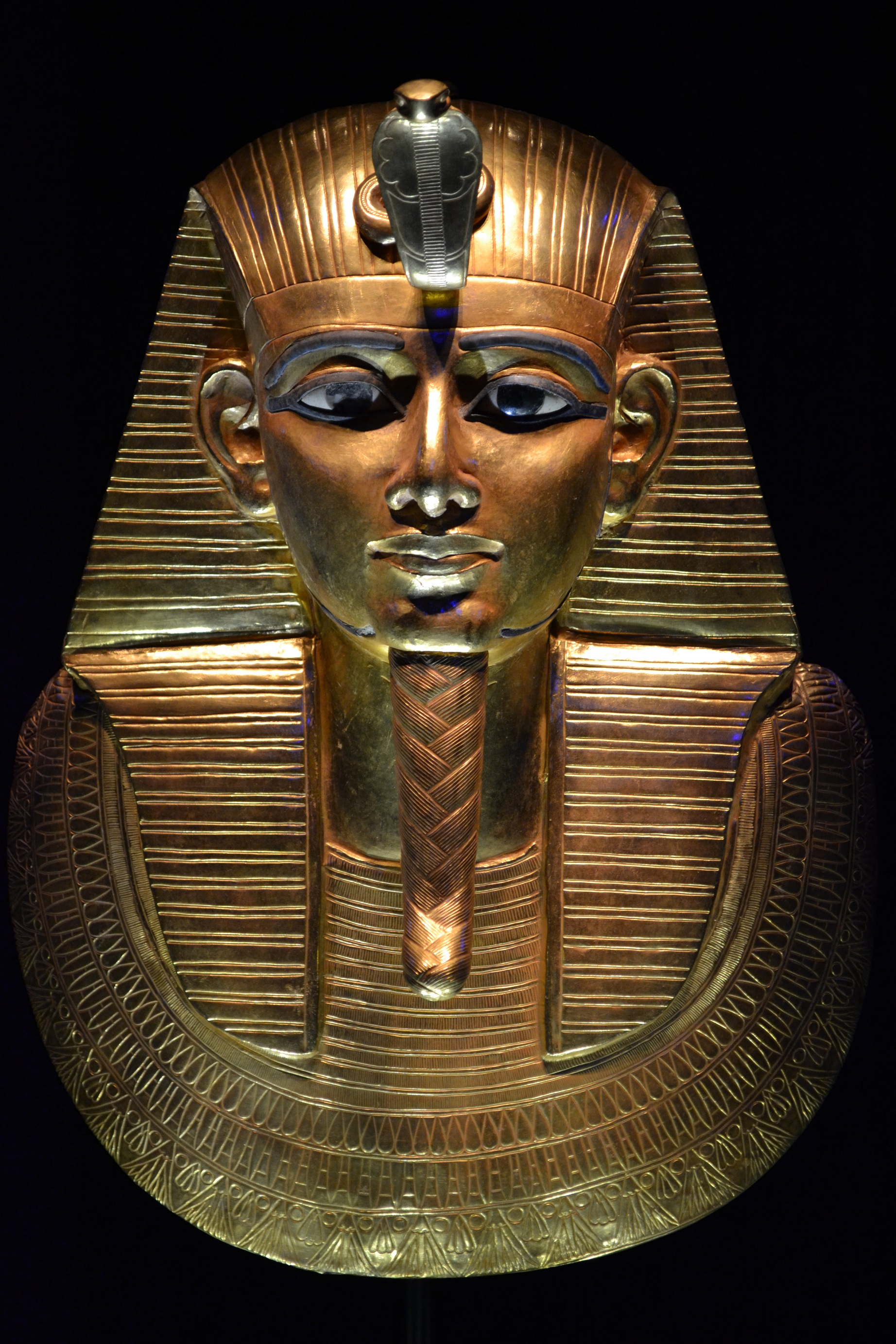 king tut funerary mask essay King tut's tomb had escaped graverobbers as others did not  over his head he wore a mask of red and white gold,  egyptian funerary art of the amarna period:.